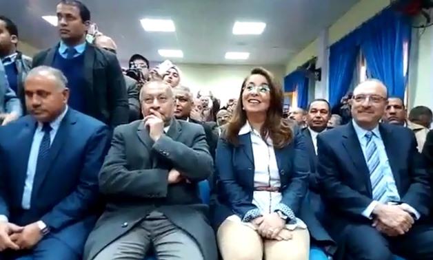 """وزيرة التضامن الاجتماعى تغنى مع تلاميذ مدرسة """"صفط الشرقية"""" فى بنى سويف"""