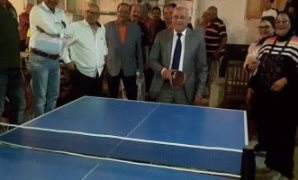 """محافظ بورسعيد يلعب """"تنس طاولة"""" مع أطفال دار تحسين الصحة"""