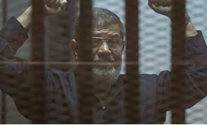 "مصدر: أسرة ""مرسى"" ومحاميه يزورنه داخل محبسه بسجن طرة"