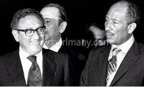 الزعيم الراحل محمد أنور السادات مع كسينجر
